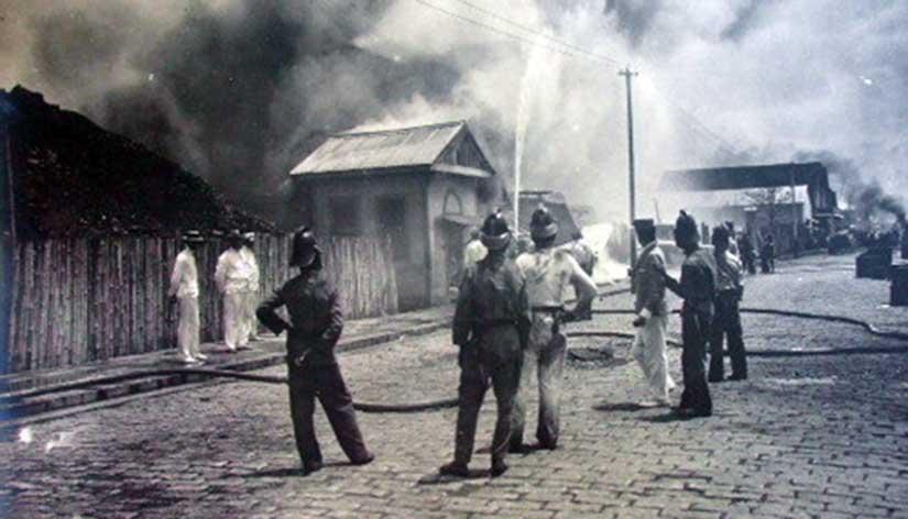 Burning of the cholera-stricken lighthouse neighborhood of the Tondo district, Manila, 1902, by the health authorities.